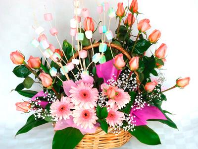 Arreglo floral rosas con bombones