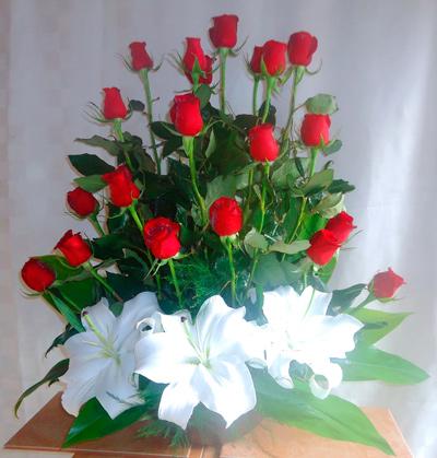 Rosas rojas en base de ceramica