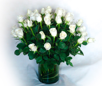 Base transparente con rosas blancas