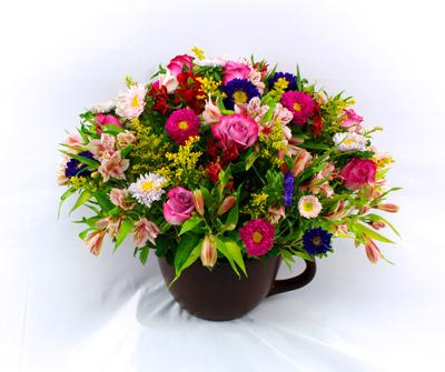Arreglo floral  en taza de ceramica