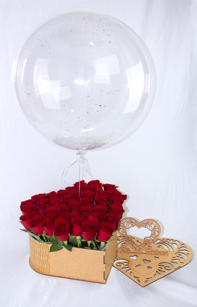 Corazon de madera y globo con helio