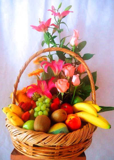 Canasta de fruta con flores variadas