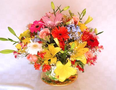Taza con lilies y gerberas