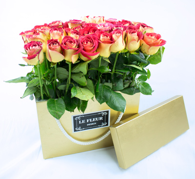 Caja de madera dorada con rosas de color ocre