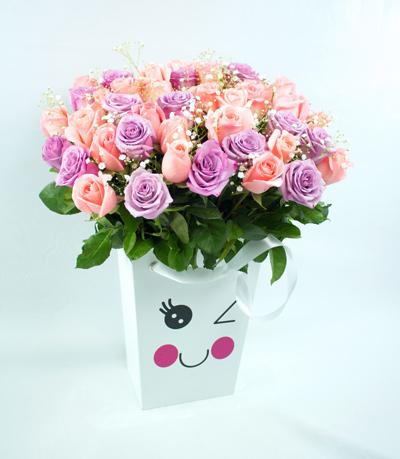 Caja con carita coqueta con rosas lila y salmon