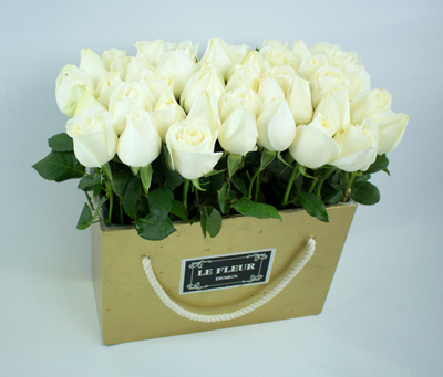 Caja dorada con rosas blancas