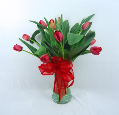 Boquete de cristal con tulipanes rojos