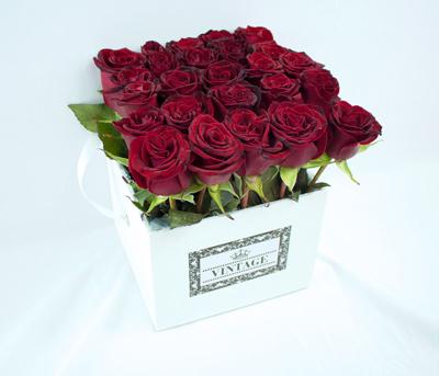 Caja vintage blanca con rosas