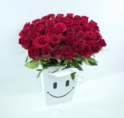 Caja alta con carita feliz y rosas rojas