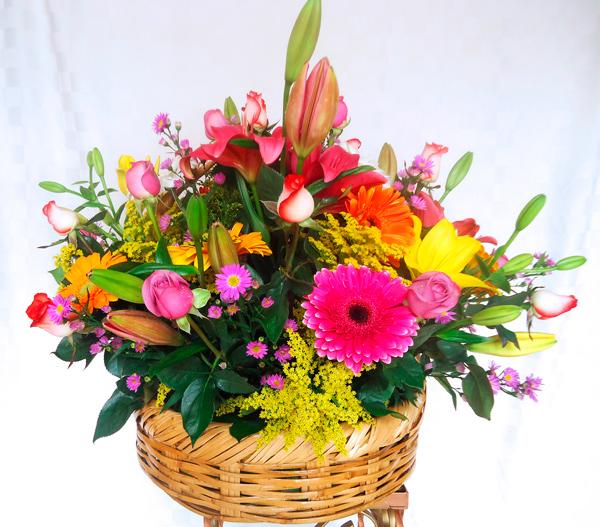 Canasta con rosas y flores de colores