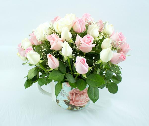 Taza vintage con rosas blancas y rosa claro