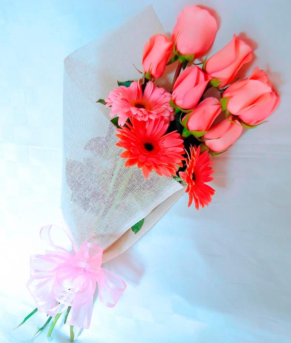 Ramo de rosas y gerberas