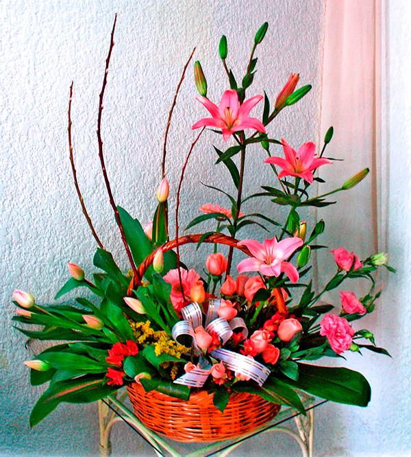 Arreglo floral en tonos pastel