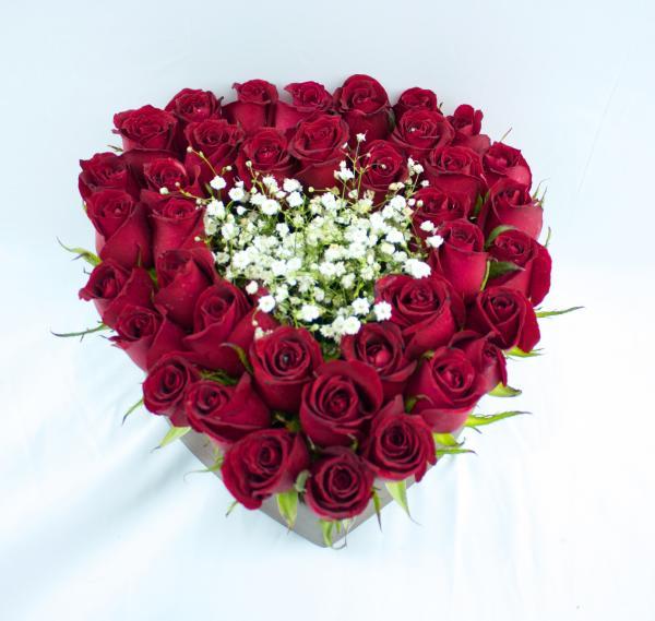 Corazon con rosas rojas