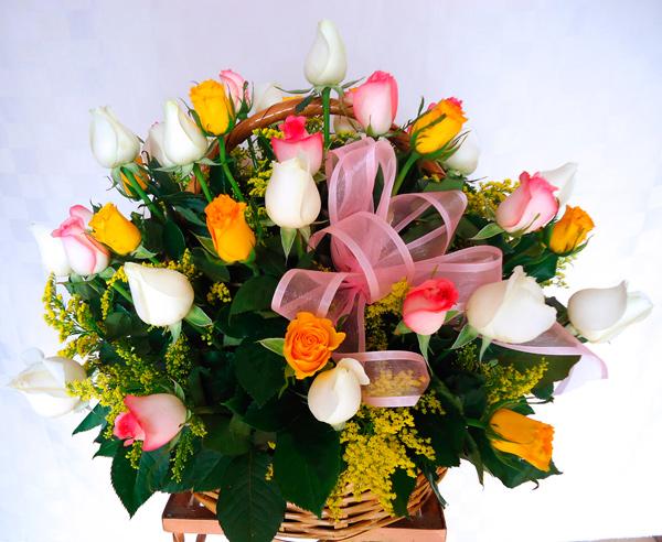 Cesto de carrizo con rosas de colores