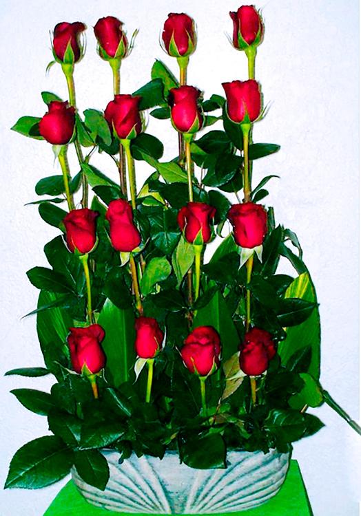 Rosas rojas en base rustica de ceramica