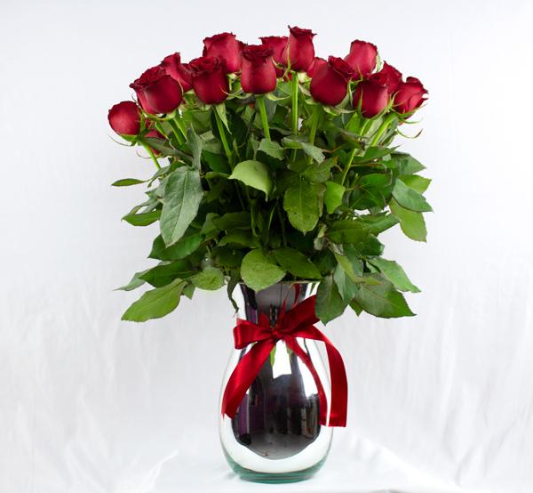 Jarrón de vidrio con rosas rojas