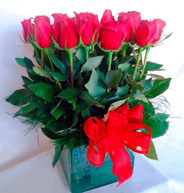 Base cuadrada con rosas rojas