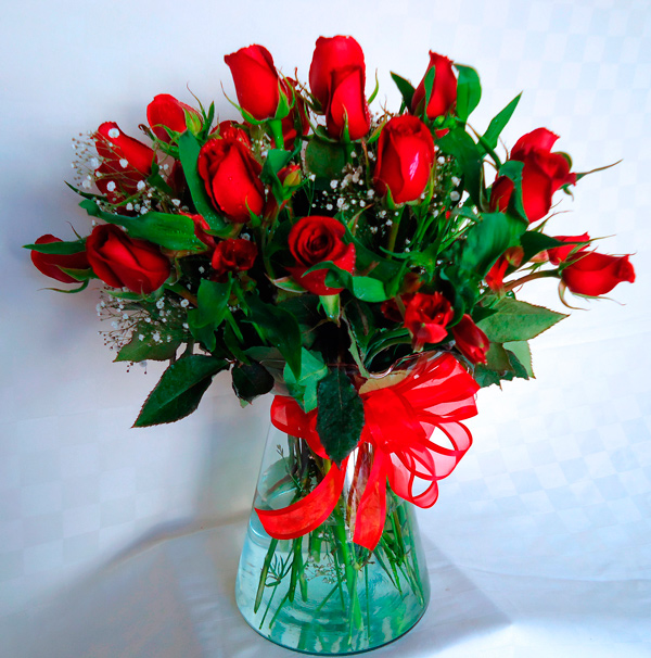 Rosas rojas en florero transparente