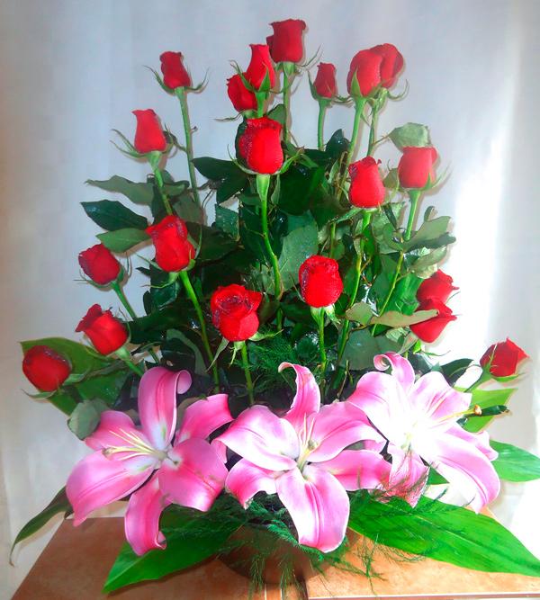 Rosas rojas con base de ceramica color chocolate