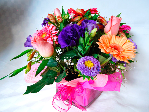 Base cuadrada de vidrio con flores multicolor