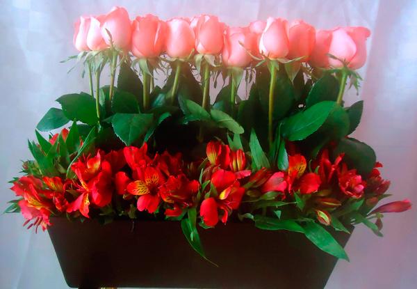 Jardinera con rosas color salmón y astromelias