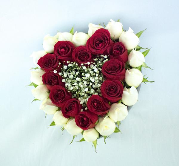 Corazón grande con rosas rojas y blancas