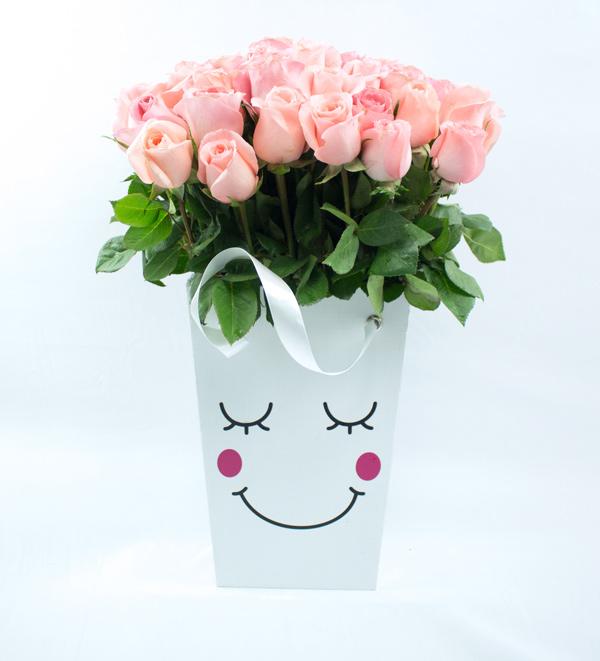 Caja con carita de ternura y rosas salmon
