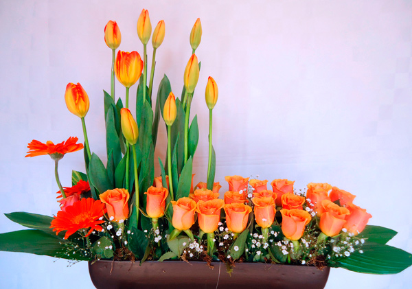 Jardinera con tulipanes y rosas