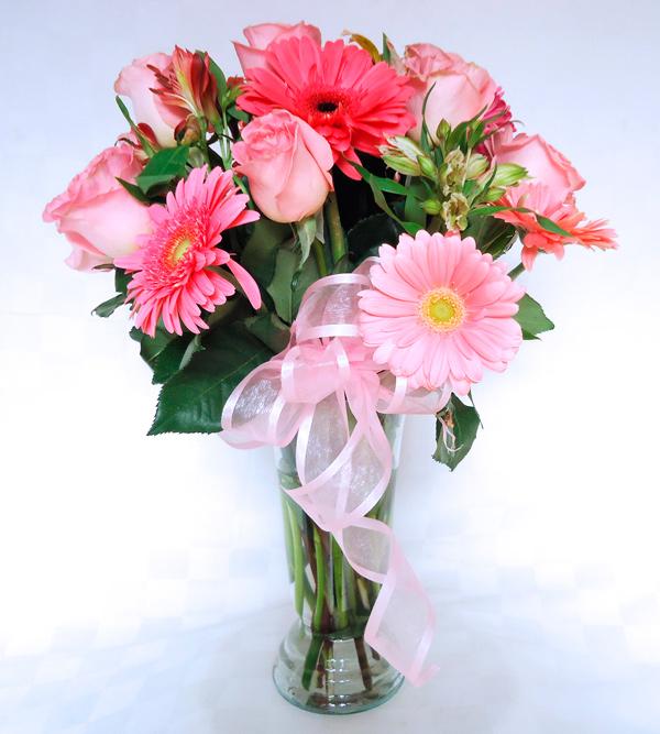 Florero transparente en tonos rosa