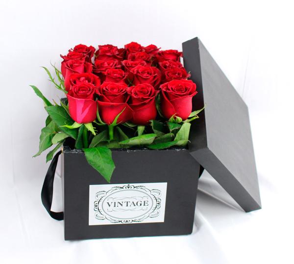 Rosas rojas sembradas en una caja vintage