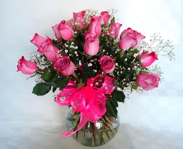 Florero tranparente con rosas