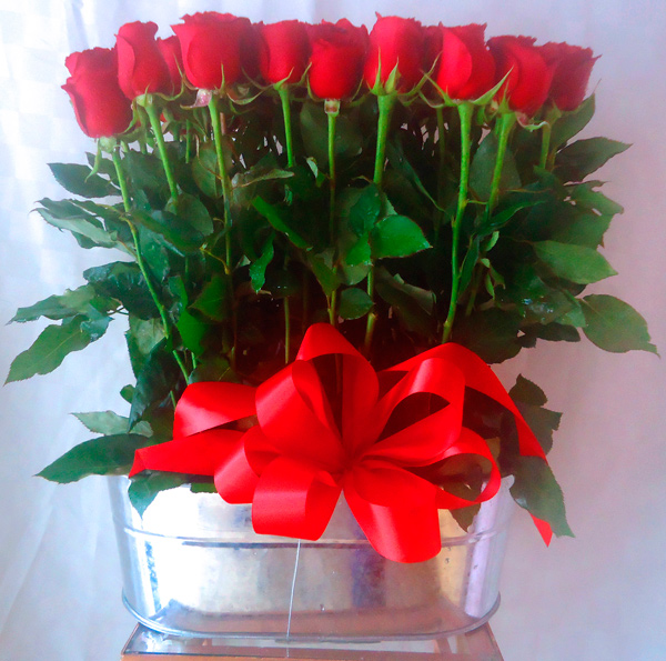 Rosas rojas en elegante base metalica