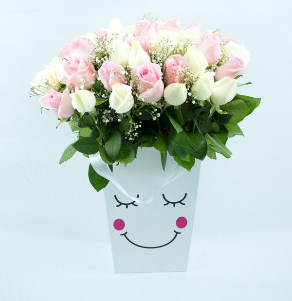 Caja  con caritas con rosas color pastel