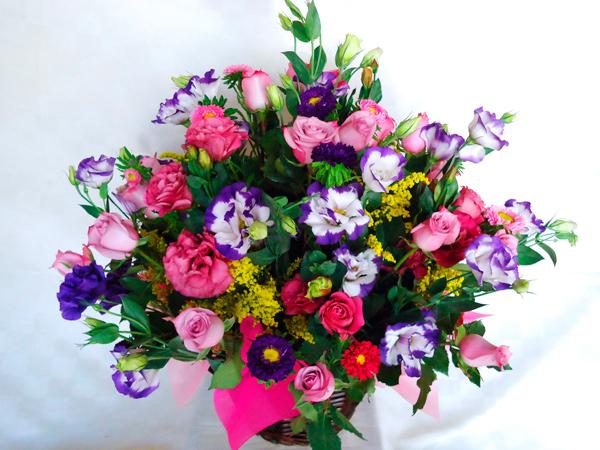 Canasta de flores y rosas
