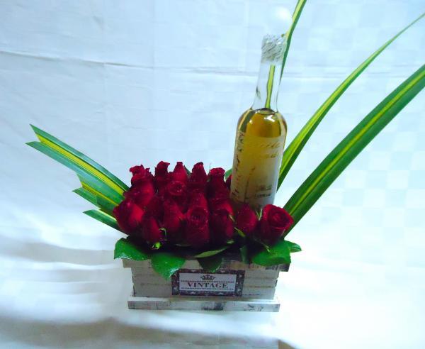 Arreglo floral con botella de tequila