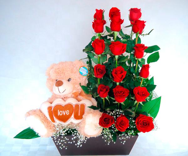 Jardinera de madera con rosa rojas