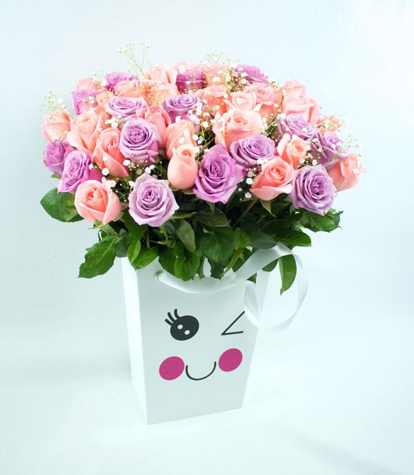 Caja con carita coqueta, rosas lila y salmon