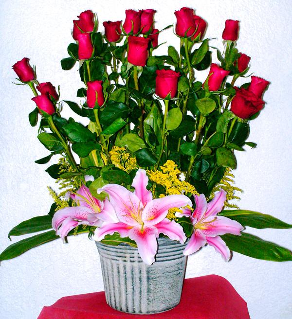 Rosas rojas con base de ceramica