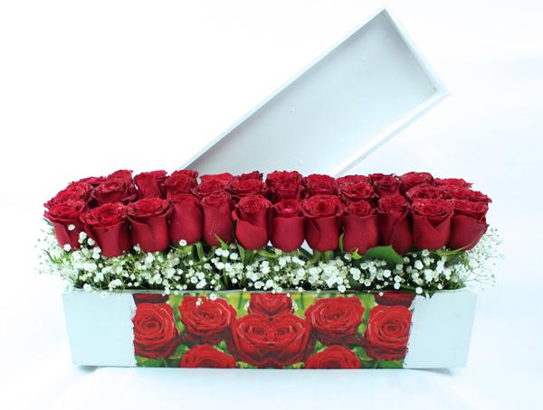 Jardinera blanca de madera con rosas