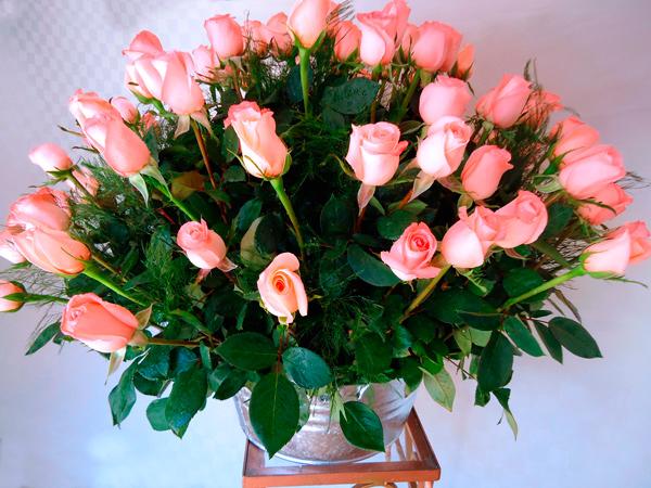 Arreglo floral con rosas color salmon