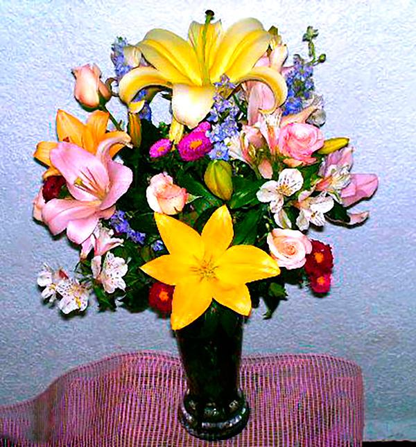 Florero de cristal con flores primavera
