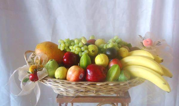 Canasta con frutas de estación