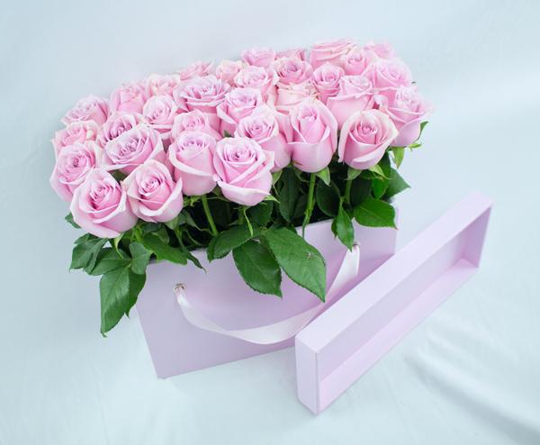 Caja de madera con rosas pastel