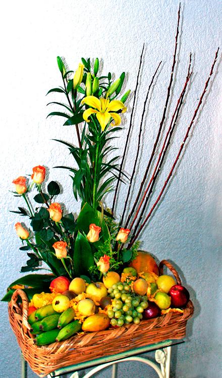 Canasta floral con fruta de estación