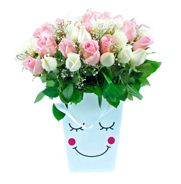 Caja con caritas y rosas color pastel