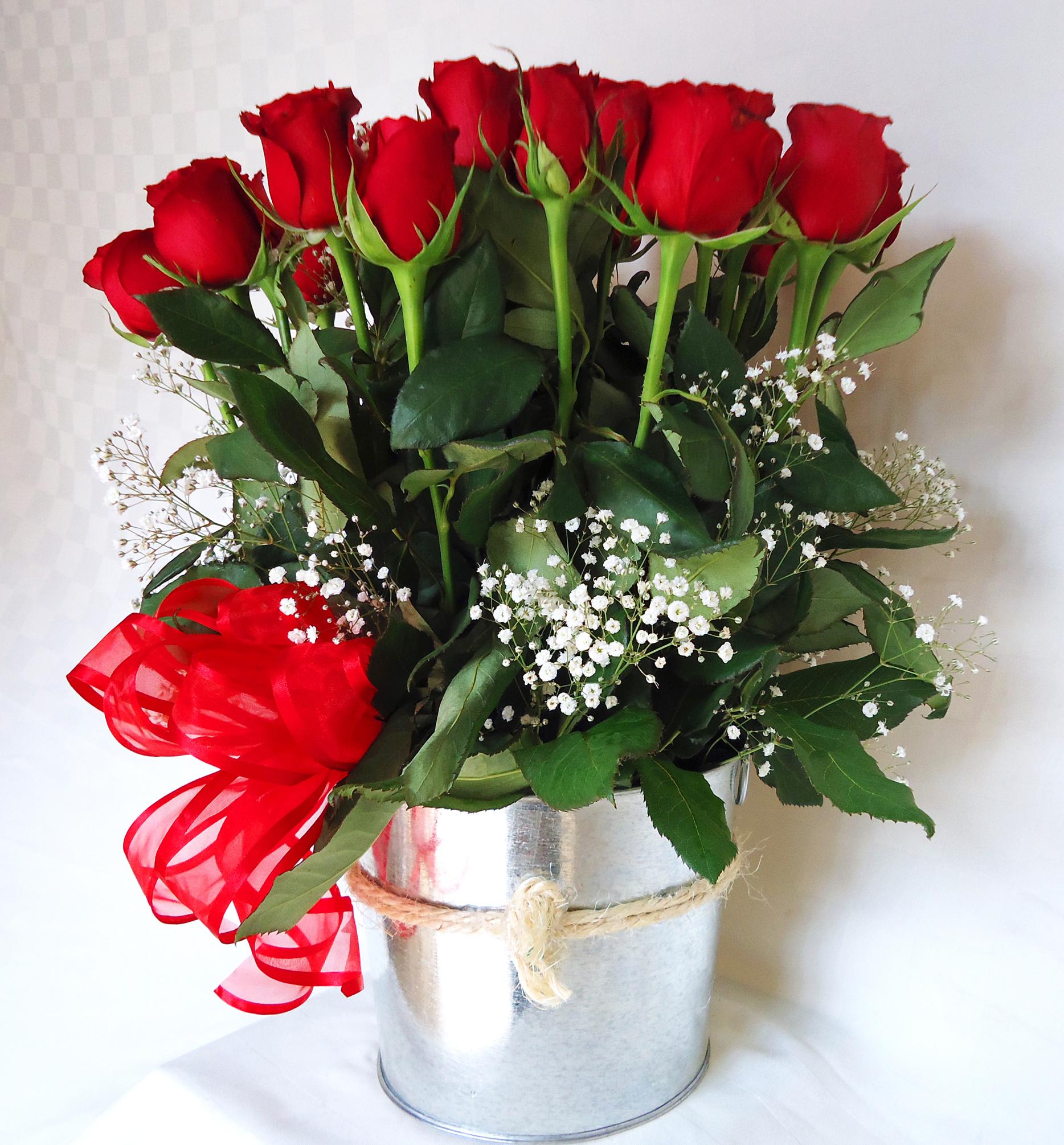 Base de aluminio con rosas rojas